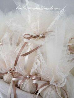 Μπομπονιέρα γάμου-αρραβώνα (17 εκ ύψος) με τούλι, δαντέλα, διακοσμητική περλίτσα και σατέν κορδελάκια. Η τιμή συμπεριλαμβάνει το ΦΠΑ και 5 κουφέτα αμυγδάλου Χατζηγιαννάκης Wedding Favors And Gifts, Wedding Cake Boxes, Greek Wedding, Our Wedding, Shower Invitations, Wedding Invitations, Vintage Romance, Wedding Pictures, Wedding Designs