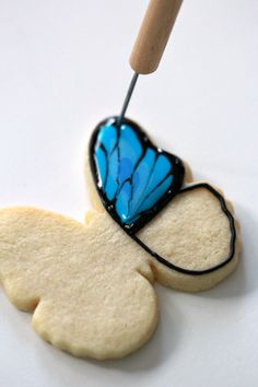 How-to video and post on how to decorate butterfly cookies with royal icing. Summer Cookies, Fancy Cookies, Iced Cookies, Cute Cookies, Easter Cookies, Cupcake Cookies, Cupcakes, Cookie Favors, Heart Cookies