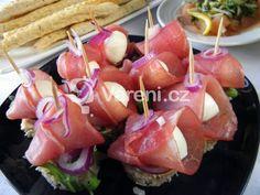 Snadné a chutné jednohubky z mozzarelly a pršutu na slunečnicovém chlebu s rukolou a cibulkou. Recept vhodný na oslavy. Mozzarella, Sushi, Food And Drink, Parties, Drinks, Ethnic Recipes, Fit, Fiestas, Drinking