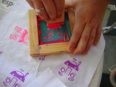 should make a mini screen printing thing Stamp Printing, Printing On Fabric, Silkscreen, Diy Screen Printing, Tampons, Linocut Prints, Fabric Painting, Printmaking, Stencils