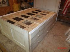 DIY under bed storage - Queen Platform Bed With Storage. So many drawers on each side of the bed provide tons of under bed storage space to your room. Diy Storage Under Bed, Platform Bed With Storage, Queen Platform Bed, Storage Ideas, Platform Beds, Murphy-bett Ikea, Captains Bed, Diy Bett, Modern Murphy Beds