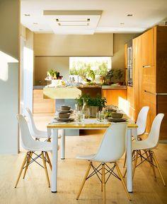 Un office en blanco y madera  Mesa hecha a medida con materiales de Leroy Merlin, sillas Eames Plastic Chair de Vitra. Vajilla de Velafusta....