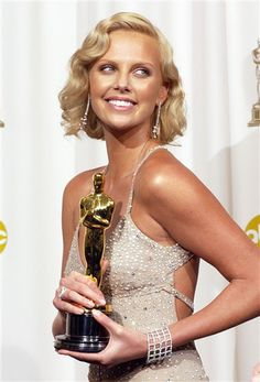 Charlize Theron: 2004 Oscars winner Best Actress for Monster Twiggy, Les Oscars, Charlize Theron Oscars, Best Actress Oscar, Atomic Blonde, Oscar Dresses, Actrices Hollywood, Oscar Winners, Movies