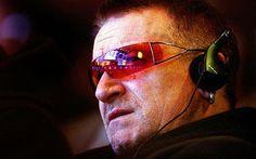 "U2 RADiO su Twitter: ""Yes Bono is enjoying U2 Radio, why aren't you? Get the latest U2 news, & original #U2 content http://t.co/w0R3M3Iqd7 http://t.co/4XzFLjM1Nn"""