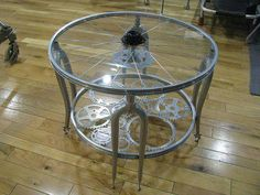 What do you think of this coffee table made of recycled bicycle parts – Trash or Treasure? Bicycle Decor, Bicycle Art, Bicycle Shop, Bicycle Wheel, Recycling, Bike Room, Cool Tables, Easy Diy Projects, Decoration