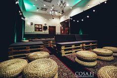 Pallet-kuormalavakalusteet, messumatto, LED-spottivalot, itämainen matto, rahi ja karnevaalivalot intiimissä esiintymistilassa Pullman baarissa Helsingissä
