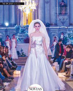 Con alto nivel MODA EN EXPOBODA SUCRE En esta foto, Mary del Carpio, de Sposa Bella, presentó este original vestido, gra - cias a los toques de color p alo de rosa, en un diseño de estilo r omántico y tradicional. El velo catedral aporta mayor glamour.