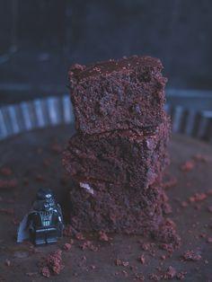 Vegane Darth Vader Brownies, die jeden Star Wars Fan glücklich machen werden! Matschig, schokoladig, schnell gemacht und definitiv Teil der Dunklen Seite!