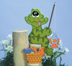 Frog Fly Fisher Woodcrafting Pattern This little frog has caught himself an entire basket of fish! Makes a great display near ponds, docks and even gardens. #diy #woodcraftpatterns