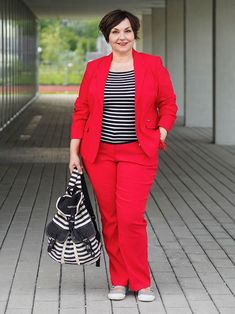 Oder: Wie ich einen Hosenanzug lässig stylte Red Pantsuit with Striped Shirt: How I broke the style rules for and Plussize and casually styled a pantsuit. Fashion Over 40, 50 Fashion, Women's Fashion Dresses, Fashion Stores, Cheap Fashion, High Fashion, Fashion Trends, Plus Size Fashion For Women, Curvy Women Fashion