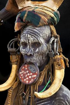 Mujer de la tribu Mursi en África  Cuanto más grande es el plato de arcilla introducido en su labio inferior, mayor será la dote que recibirá su padre, y siempre será en ganado