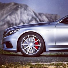 """Remember this number: 10. That's the number of spokes on the S63 AMG 4MATIC's standard wheels. Further evidence that you're looking at an S63 are the massive brakes with their red calipers, yellow in the case of the optional carbon ceramic brakes. Any remaining questions should be settled by the """"AMG"""" chiseled into one spoke on each wheel. #s63 #amg #mercedes #benz #instacar"""