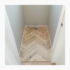 いいね!68件、コメント4件 ― miiさん(@ie_note__)のInstagramアカウント: 「トイレpic♡(まだトイレ入っていませんが) . トイレにもクロスや床材が貼られてた . 2階のトイレは床材がヘリンボーンに、グレーのクロス .…」 Washroom, Toilet, Flooring, Interior, House, Home Decor, Instagram, Living Room Ideas, Flush Toilet