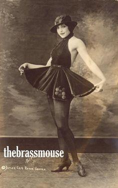 Dakota Vintage Fox Print Anthropomorphic by AnimalFancy, - I want her dress! Vintage Beauty, Vintage Fashion, Vintage Style, Fashion 1920s, Women's Fashion, Ladies Fashion, Vintage Art, Vintage Ballerina, Image Blog