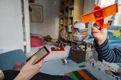 Aikuinen keskittyy kännykkään, vaikka lapsi haluaa näyttää leluaan. Kaikki lapset tarvitsevat vanhempien huomiota. Jos he eivät saa sitä hyvällä, he ottavat sen muilla keinoilla.