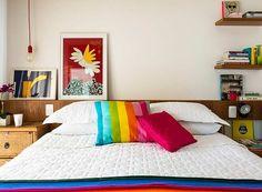 Quarto-a-m-studio-de-arquitetura-madeira-colorido-quadros (Foto: Edu Castello/Editora Globo)