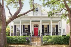 A New Orleans Renovation that Captures History and Charm - Southernliving. How to make an old home new again.   A renovation is like a marriage. Once you're in it, you're invested—for better or for worse. Just ask designer Grace Kaynor and her husband, Sandy. When the starry-eyed couple first stepped into the 1850s Greek Revival house in the Garden District of New Orleans, they and their two children now call home, they were smitten by its towering 13-foot ceilings, intricate moldings, and…