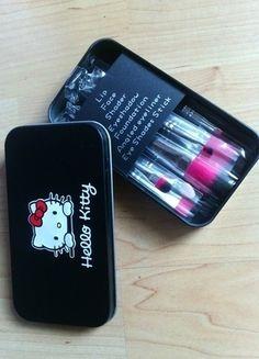 Pędzle do makijażu z motywem Hello Kitty w metalowym pudełku. Zestaw zawiera pędzelek do ust, twarzy, podkładu oraz cztery pędzelki do malowania oczu.