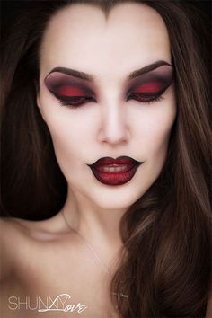 Vampire makeup ideas and looks that are popular for halloween to create a sexy and seductive look that is creepy using dark eye makeup and lipstick. Halloween Makeup Witch, Halloween Makeup Looks, Halloween Halloween, Halloween Queen, Gothic Halloween, Halloween Costumes, Vintage Halloween Makeup, Halloween College, Pretty Halloween