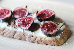Tartine automnale : fromage frais aux noix - figues fraîches rôties au miel - crème de balsamique #recipe