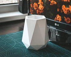 3d Paper Art, Paper Vase, Diy Paper, Paper Crafts, Concrete Crafts, Concrete Art, Concrete Planters, Cardboard Box Crafts, Origami Flowers
