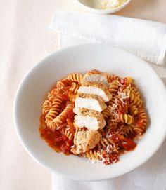 Hähnchen braten, Nudeln garen, Tomatensauce zaubern und den neuen Liebling servieren.