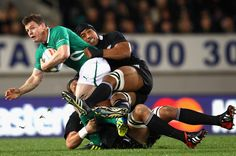 Brian O'Driscoll. Leinster. Match d'Irlanda vs Nova Zelanda. Is tackled by Victor Vito of the All Blacks during the International Test Match.