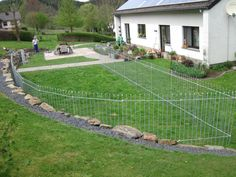 Cl ture de jardin solide sans travaux de fondations uniquement les b tons de liaison qui - Cloture jardin pour chien nice ...