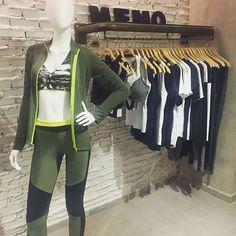 Bazaar veio conhecer a coleção de inverno 2017 da @memooficial. A marca de fashion fitness une conforto e funcionalidade em peças com formas fluidas e abstratas. Estampas florais grafismos e referências militares compõem os looks boa parte deles com recortes geométricos e em mix de texturas. A partir de março nas lojas da marca. (Por @abuchalla)  via HARPER'S BAZAAR BRAZIL MAGAZINE OFFICIAL INSTAGRAM - Fashion Campaigns  Haute Couture  Advertising  Editorial Photography  Magazine Cover…