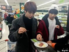 STARCAST] BTS appears at a supermarket! - The 1st episode of making food for the New Year's Day | PierceTheSuga