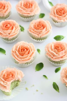 Mint Julep Cupcakes and How To Pipe Buttercream Roses Minze Julep Cupcakes und wie man Buttercreme Rosen pfeift Baking Cupcakes, Cupcake Recipes, Cupcake Cakes, Dessert Recipes, How To Pipe Cupcakes, Tea Party Cupcakes, Frost Cupcakes, Cupcake Piping, Watermelon Cupcakes