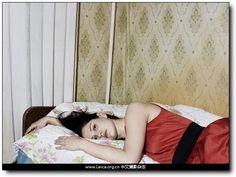 『荷赛』World Press Photo 2015 获奖作品 『肖像(Portraits Stories)二等奖』 摄影师:Andy Rocchelli,意大利 作品注释:一名俄罗斯女子躺在床上,2010年12月10日。这张照片是名为「Russian Interiors」拍摄项目中的一张,记录女性在她们最亲密环境中的状态。