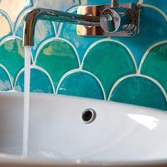torneira saindo da parede é assim que eu gosto é mais higiênico.  -----   Fish Scale Design Ideas, Pictures, Remodel, and Decor