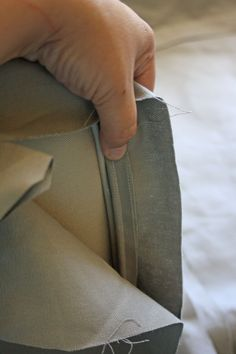 How to make slipcovers - covering a sofa frame. A step by step detailed tutorial on how to make slipcovers. Reupholster Couch, Slipcovers For Chairs, Diy Furniture Upholstery, Furniture Makeover, Diy Couch, Inside Design, Couch Covers, Diy Home Crafts, Outdoor Cushions
