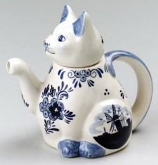 Google Image Result for http://tasteofenglishtea.files.wordpress.com/2012/01/delft-blue-cat-shaped-teapot1.jpg%3Fw%3D228%26h%3D240