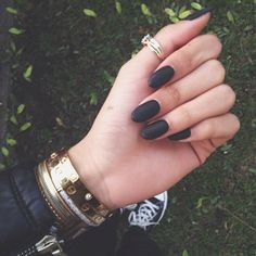 Semi-permanent varnish, false nails, patches: which manicure to choose? - My Nails Matte Black Nails, Dark Nails, Black Almond Nails, Nagel Piercing, Hair And Nails, My Nails, Prom Nails, Nails Polish, Almond Acrylic Nails