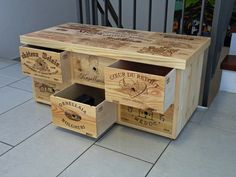 Kleiner Schubladenschrank hergestellt aus gebrauchten Weinkisten