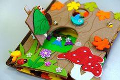 Petite maison de forêt, en feutre très dur et rigide. C'est une maison de trois animaux. Hérisson, écureuil et hibou.