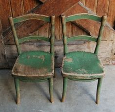 Shabby green chairs - The Vintage Stylist Old Chairs, Vintage Chairs, Vintage Decor, Vintage Furniture, Green Chairs, Painted Chairs, Painted Furniture, Love Chair, Take A Seat