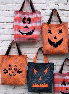 Halloween Trick or Treat Bag / Upcycled Jack-O-Lantern Inspired Happy Halloween Tote - Appliqued Fabric Bag / Purse - Eco Friendly Kids Fall. I think I will make these but use old pillowcases Dulceros Halloween, Adornos Halloween, Halloween Sewing, Halloween Trick Or Treat, Halloween Disfraces, Halloween Projects, Holidays Halloween, Halloween Taschen, Trick Or Treat Bags