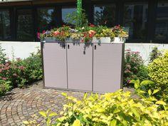 #SILENT 243 für drei 240 l 2-Rad-Behälter, sommerlich bepflanzt. Korpus Sichtbeton, Türen Taupe-Violett, Rahmen Edelstahl.