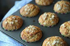 Disse havremuffinsene er supre i matboksen, eller som mellommåltid til sultne store eller små. Hvis det blir noen igjen kan... What To Cook, Nom Nom, Breakfast Recipes, Healthy Eating, Healthy Food, Muffins, Protein, Recipies, Lunch Box