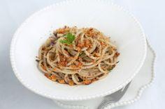 Spaghetti alla chitarra con olive, acciughe, limone e mollica fritta