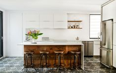 Conversion d'un duplex en cottage. Du chic rustique. Acier, bois et béton.La transformation de ce dupex en cottage s'appuie sur une remise en place des axes structuraux d'origine.…