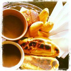 Pão na chapa. Chipa. Chocolate quente e bolinho frape. Café da Manhã.