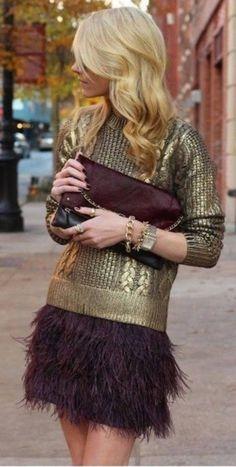 Une jupe en plumes et un pull doré