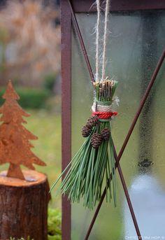 Quaste aus Kiefernadeln, natürliche Gartendeko im Winter, Weihnachtsdekoration im Garten, rostige Gartendekoration