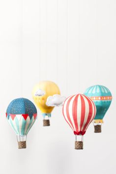 Instead of umbrellas, maybe hot air balloons? DIY Hot Air Balloon Mobile: Kits and Fabric panels from Craft Schmaft Diy For Kids, Crafts For Kids, Diy Hot Air Balloons, Hot Air Ballon Diy, Baby Mobile, Mobile App, Paper Crafts, Diy Crafts, Diy Décoration