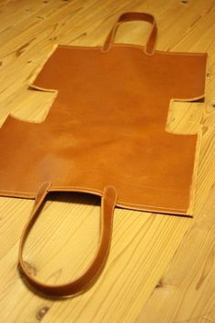 Beste DIY Tasche Leder Tutorials Tuto Sac 16 Ideen – Bags – added to our site quickly. hello sunset today we share Beste DIY Tasche Leder Tutorials Tuto Sac 16 Ideen – Bags – photos of you among the popular hair designs. You can look at all … Leather Bag Tutorial, Leather Bag Pattern, Leather Bags Handmade, Handmade Bags, Leather Craft, Diy Leather Projects, Diy Projects, Sewing Leather, Handmade Handbags
