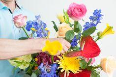 Bouquet Tales - Summer - kakelbont boeket met gecombineerd met zomers blauwe Delphinium.
